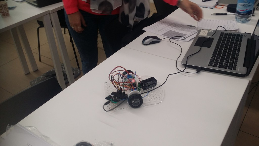 Creating that robot from its basic components: stepper motors, micro:bit, ... and wires!