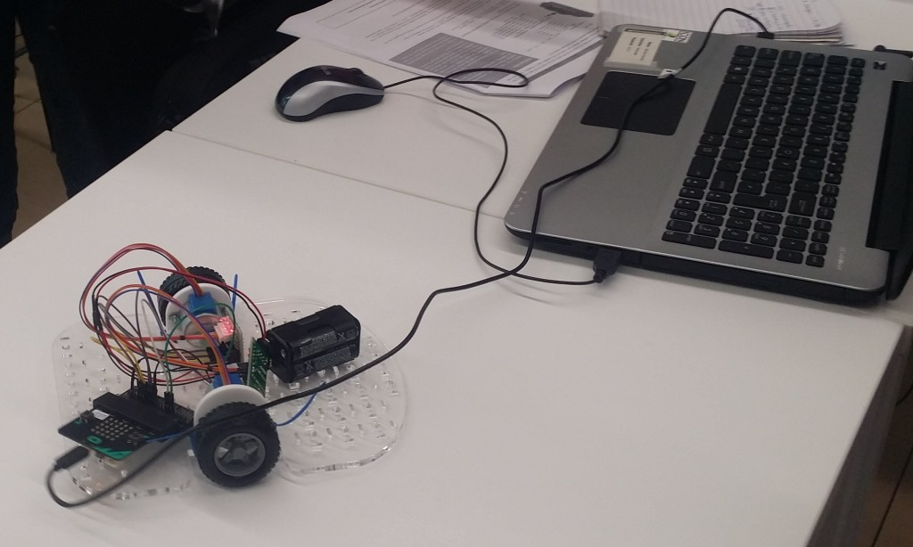 Creating that robot from its basic components: stepper motors, micro:bit, ... and wires! Click to see a close-up